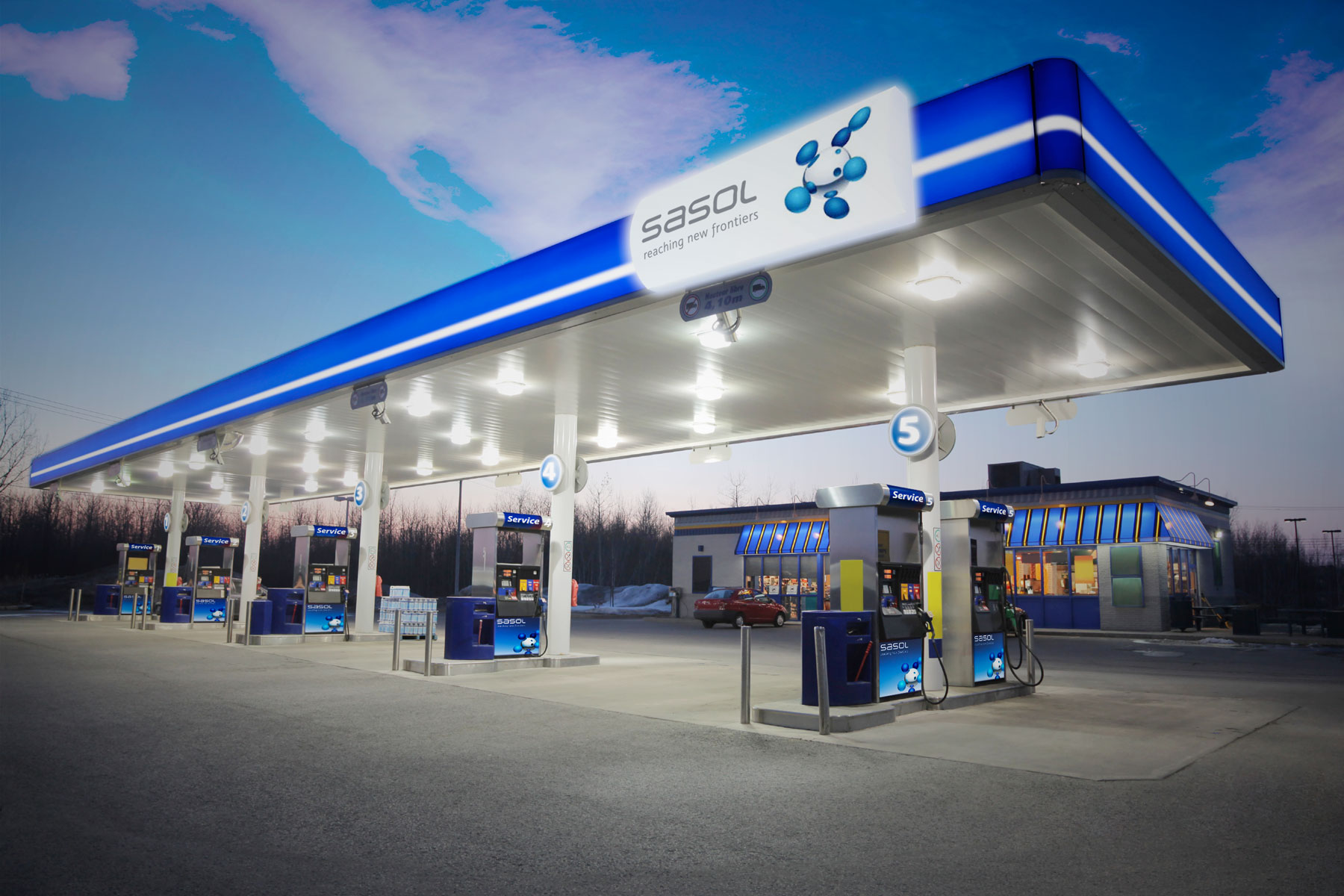 The blue and white brand colours are used extensively in signage and in environmental feature design, aiding standout and recognition.